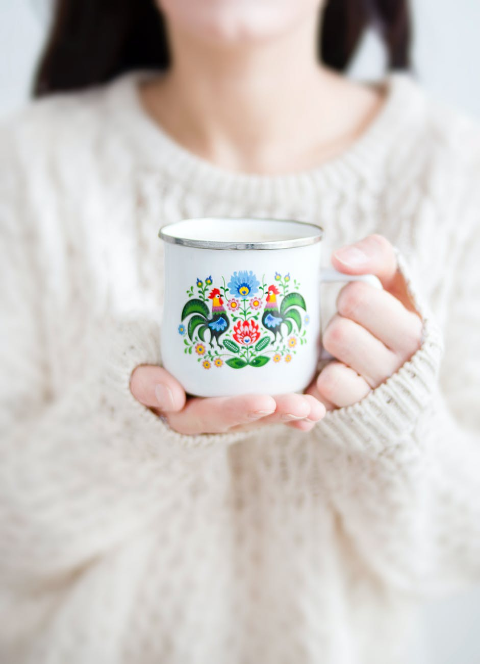 photo d une personne tenant une tasse